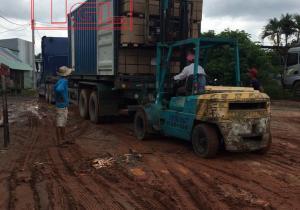Bàn giao tấm mdf phủ veneer tần bì cho đơn vị sản xuất.